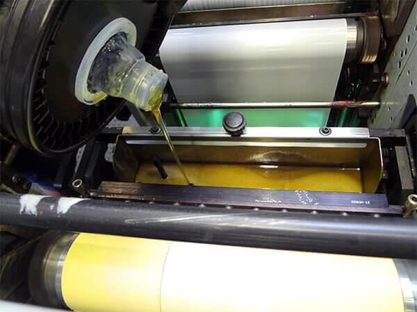 Klebstoff in Druckmaschine
