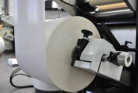 Weiße Papierrolle in Druckmaschine